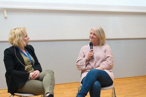 STERK HISTORIE: Gunn Knappe (til høyre) fortalte sin historie. Marianne Mittet Solbraa fra Trygg Trafikk Hedmark manet de unge til å ta ansvar i trafikken. Foto: Jo E. Brenden