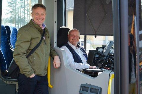 OPPRETTHOLDER RUTETILBUDET: Direktør Arne Fredheim i Hedmark Trafikk, her sammen med bussjåfør Bjørn Bysveen, sier rutetilbudet opprettsholdes flere steder i fylket også på dager det er skolefri.