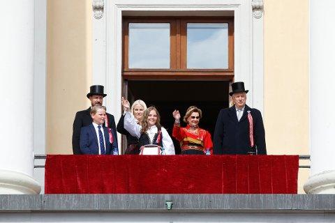 Kongefamilien hilser barnetoget i Oslo fra Slottsbalkongen 17. mai. Foto: Terje Pedersen / NTB scanpix