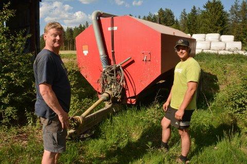 KLAR MED MØKKTANKEN: Bonde Amund Grindalen og gårdsbestyrer Arnulf Berg fyller møkktanken på 1200 liter for å bistå brannvesenets vannberedskap.