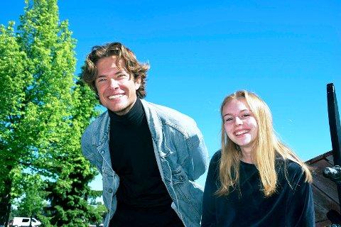 TEATER: Simen Engseth (19) og Isa Roll Gulbrandsen (16) satser på en annen type sommerjobb.