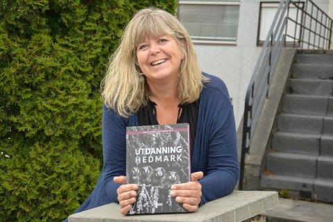 BOK OM UTDANNING: Avdelingsdirektør Mona Pedersen med Anno museums utgivelse «Utdanning Hedmark», der hun er medredaktør.