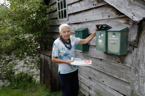 FÅR LANG VEG TIL POSTKASSA: Marit Devik og fire andre husstandar har fått beskjed om å flytte postkassene sine ca. to kilometer frå husa. – Då må eg vel berre seie opp dagsavisa, seier ho.