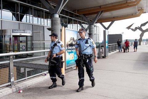 Fra og med 1. juli vil politiet på Oslo lufthavn være bevæpnet. Foto: NTB scanpix