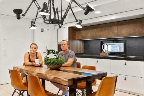 ENDELIG HJEMME: – Dette er en bolig for livet, sier Stefi Norberg og Arne Grønnesby. Den nye vogna som de bor i når de er ute på tur med tivoliet er på drøye 100 kvadratmeter når den er helt utpakket. Her fra kjøkkenet.