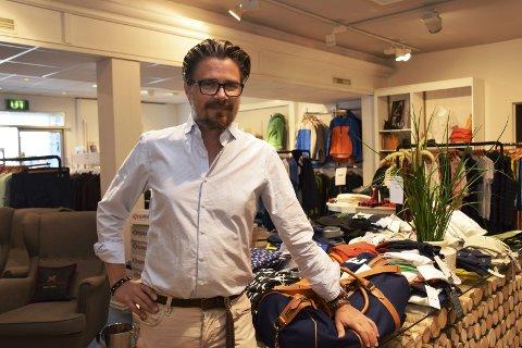 TRIVES: For Tore Søsveen er kontakten med folk minst like viktig som at det blir en handel. Han har nå drevet Wood i tre år, og stortrives med å være tilbake i Elverum, der han nå også er ny leder i Elverum Sentrumsforening.