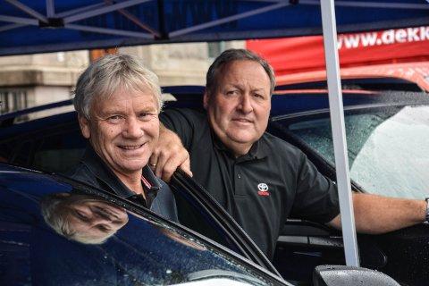80 ÅRSJUBILEUM: Elverum Sport Bilsalg er 80 år i år. Det har vært en klassereise i tilgjengelighet og teknologi for John Birger Sæthres (t.v.) familieselskap. Det var faren hans, Birger, som startet i 1938.