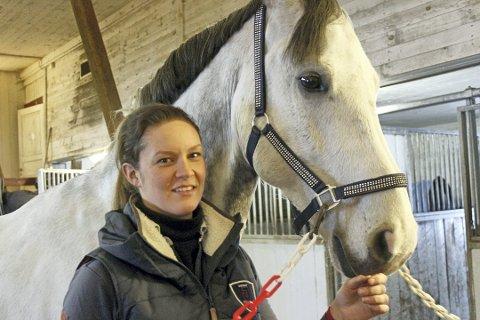 SUKSESS-DUO: Hege Tidemandsen og hesten Carvis får sprangridning-miljøet i Norge til å sperre opp øynene etter innsatsen i NM. Foto: Henrik Holter