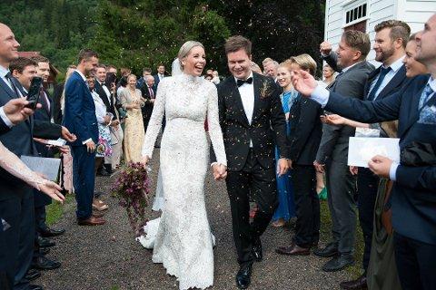 JA: Her har brudeparet nett gitt kvarandre sitt ja, og tilskodarane kastar konfetti over dei. Foto: Tarjei Langeland