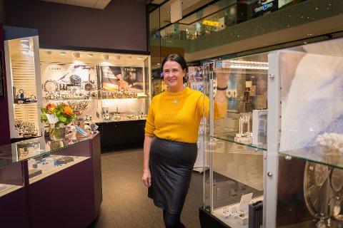 PÅ JOBB: Heidi Kristin Thrones er tilbake på jobb på CC Hamar. I vår og i sommer har hun jaktet kjærligheten. Og det skal vises på TV2.