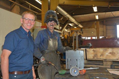 ALLE TIL PUMPENE!: Jon Kristiansen smiler bredt når Arve Grindflekk forteller at han er pensjonist, men er kalt inn for å gjøre en innsats hos Norax. - Alle mann til pumpene, vi må jobbe til vi er 75, mener Kristiansen.