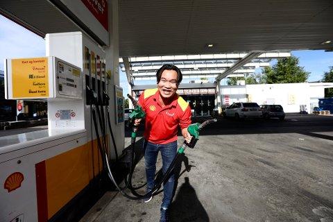 DUMPER PRISEN: Fredag ettermiddag senker innehaver Phillip Nguyen prisene på alt drivstoff hos Shell Lillestrøm i én time. Foto: Lisbeth Lund Andresen
