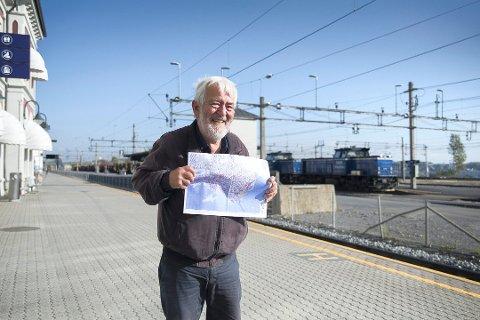 BLYANTPLAN: Øystein Waag har laget planen ved hjelp av blyant. Nå vil han at politikerne ser på den. Foto: Jo E. Brenden