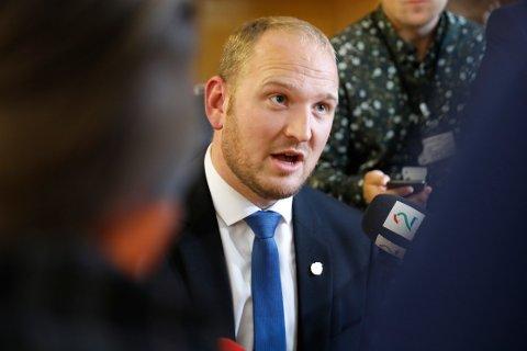 Samferdselsminister Jon Georg Dale (Frp) mener mediebransjen må forstå at staten ikke kan betale hundrevis av millioner kroner for å dele ut aviser.