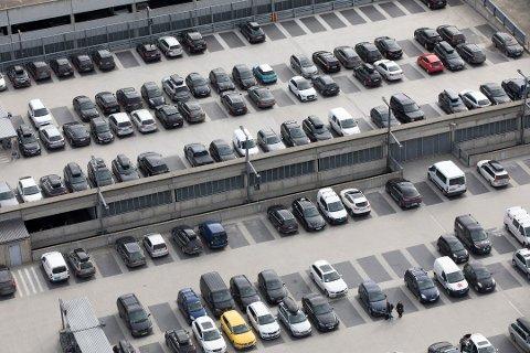 – HELT BAK MÅL: En ansatt ved Oslo Lufthavn reagerer på at de fra januar 2019 må begynne å betale for parkering selv. Foto: Gorm Kallestad / NTB scanpix
