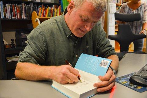 HELSING LARS MYTTING: Forfatteren skrev signaturer med fyllepenn etter bokbadet.