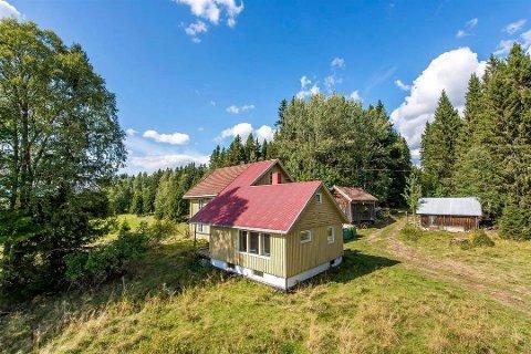 Dette småbruket i Mesnali hadde en prisantydning på 750.000 kroner, men ble solgt for 2,1 millioner. Foto: Invisio/DNB Eiendom