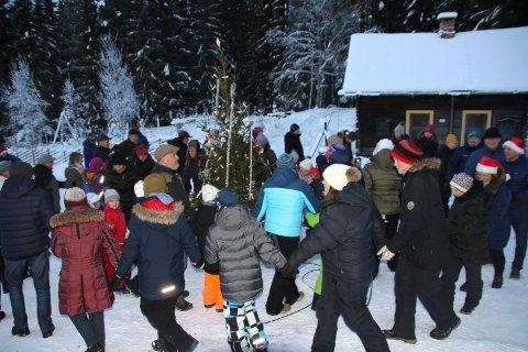 RUNDT TREET: Gang rundt juletrt var det utendørs på denne juletrefesten.