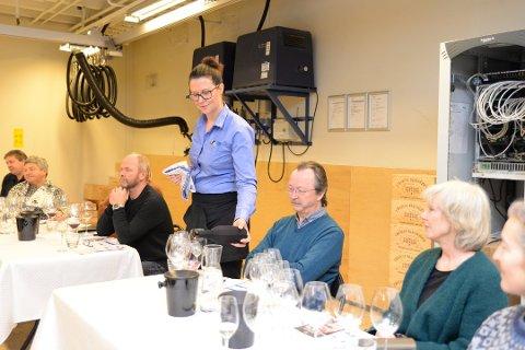 SERVERTE: Nestleder ved Vinmonopolet i Hamar, Beate Gudbrandsgard, var servitør under kurset. Foto: Jo E. Brenden