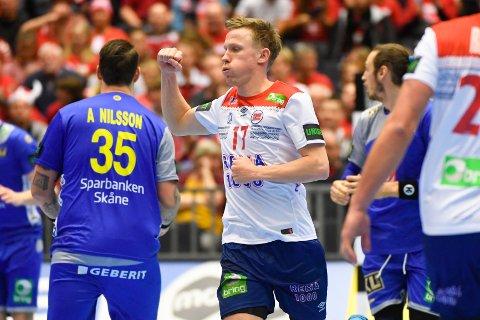 Magnus Jøndal jubler etter scoring i VM-kampen i håndball mellom Norge og Sverige mandag. Foto: Fredrik Sandberg/TT / NTB scanpix