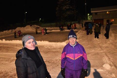 VIKTIG OMRÅDE: - Området foran klubbhuset med skøytebane og muligheter andre aktiviteter er viktig for Osen-samfunnet, sier Kjell Bekkelund (tv) og Knut Stener i Osen idrettslag.