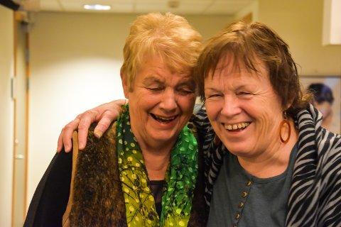 DU ER SÅ PEN: Vivi Nysveen hvisker til Åse at hun er så pen, og det medførte et hjertelig latteranfall i Åmot kulturhus.
