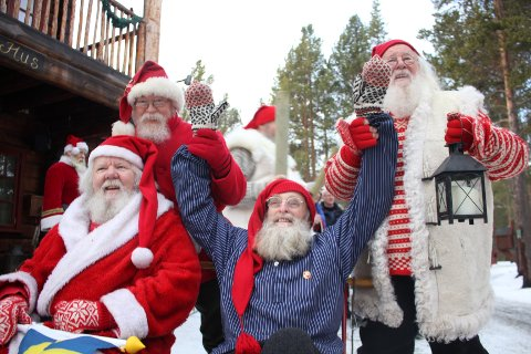 HEDER: Stein «Stokkis» Stokkeble hyllet av andre juleråskinn. Fra venstre: Jokkmokks Gunnar Løfgren, Ålandstomte Olle Strømberg og Janni(sen) Knudsen.