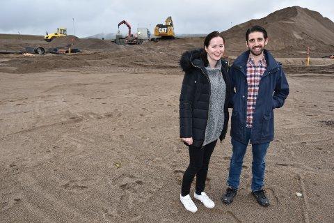 PÅ EGEN TOMT: Helene og Joseph DeLuca på tomta de nettopp har kjøpt i Ydalir i Elverum.