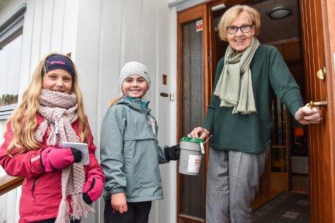 TV-AKSJONEN: Sina Rønningen Draganovic (7) fra venstre og Martine Raknerud (7) gikk bøsseaksjon søndag. Her er de hos Eva Husa som gjerne støtter «Nå er det hennes tur», for hun synes det er viktig at kvinner får hjelp.