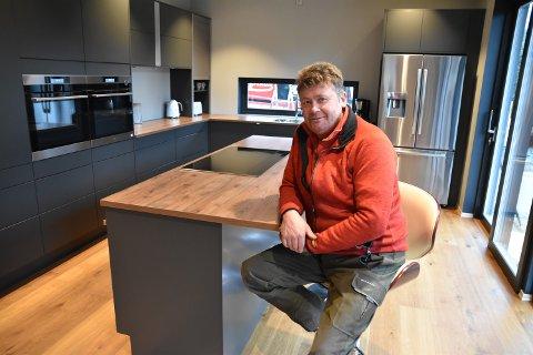 PÅ KJØKKENET: Rune Nygård på kjøkkenet i boligen han har bygget til seg sjøl og familien på Hanstad.