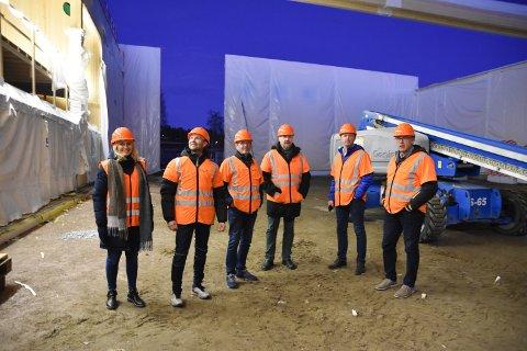 TAR FORM: Kristin Lund Enersen (til venstre), Atle Kørra, Trond Hagen,.Jan Gunnar Olbergsveen, Kjell Inge Bækken og Willy Brandvold konstaterer at halve hallen har fått tak.