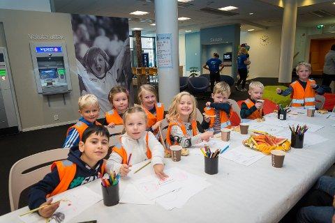 BESØKTE BANKEN: Populært da barna Hamarbarnehagen besøkte Sparebank 1 Østlandet under Sparebankuka torsdag.