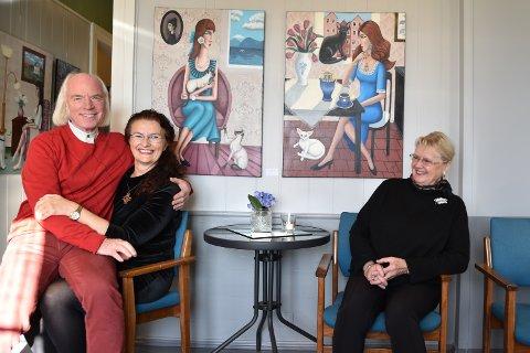 HYGGELIG:  Glade nøkkelpersoner før utstillingsåpning i Elverum Kunstforening. Fra venstre: Kjeld Stub, Ann-Mari Bråas og Kunstforeningens Ellen Vikan.