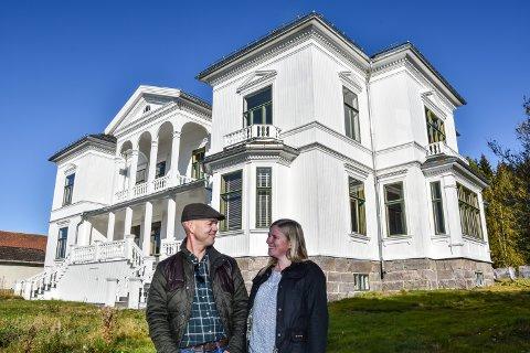 2019: Født i 1903, hardt rammet av forfall og elendighet i 1929, nær døden fram til 2010. Da satte Jan Henrik og Hege Opsahl igang gjenoppliving av hovedbygningen på Østerhaug gård i Heradsbygd.