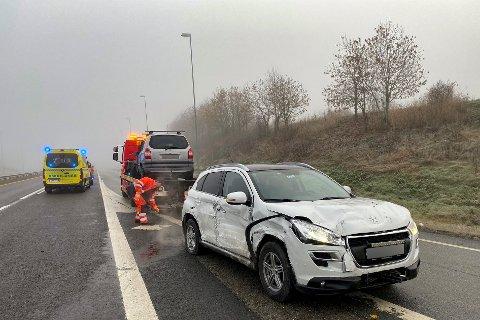 Minusgrader og tåke førte til glatte veier mange steder på Østlandet i morgentimene fredag, og fire biler kjørte av veien ved Sekkelsten-krysset på E18 i Askim fredag morgen. Ingen personer ble skadd.