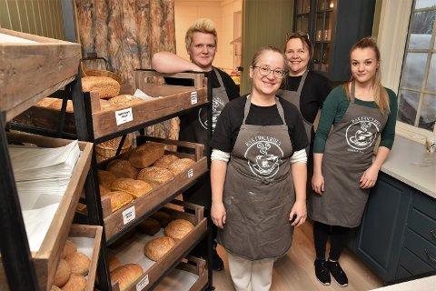 NY MULIGHET: - Det nye bakeriet har gitt oss jobb og nye muligheter, sier driver Nancy Droesler (tv), Natalia Hovin, Line Marie Silkebækken og Emma Vikestad Olsen.