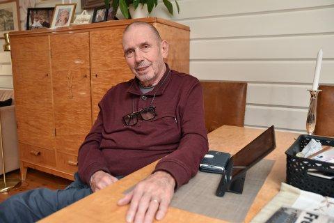 VED STUEBORDET Torgeir Holø  skriver diktene sine ved stuebordet hjemme i Linneavegen