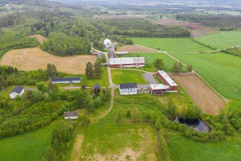MANGE BYGG: Det er en stor bygningsmasse og 89 dekar totalt med tomt, noe skog og dyrket mark som er til salgs.