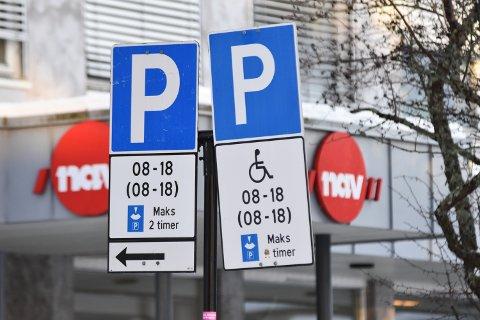 FOR SMÅ: HC-parkeringsplassene ved Nav er for små i henhold til forskriftens krav. Ny oppmerking koster rundt 2.000 kroner. Det mangler HC-parkering, eller det er mangler ved den, ved alle kommunale bygg som er med i en ny rapport.