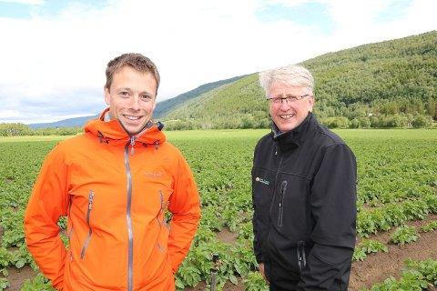 VANT POTETKAMPEN  2019: Stig Rune Stai i Stai Fjellmandel på Kvikne (til venstre) og landbruksrådgiver Vidar Westum.