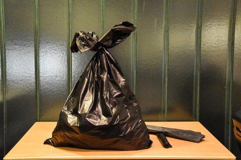 IKKE DISSE: Fra nyttår må du bruke klare plastsekker til restavfall, ikke svarte.