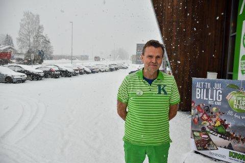 PARKERING: Stein Erik Hjermstad på Kiwi Ydalir har rundt 30 langtidsparkerte biler utenfor butikken hver dag.