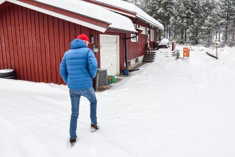 FOR FØRSTE GANG TILBAKE ETTER BRANNEN: Jørgen Bakken på veg til huset sitt for første gang etter brannen forrige mandag.