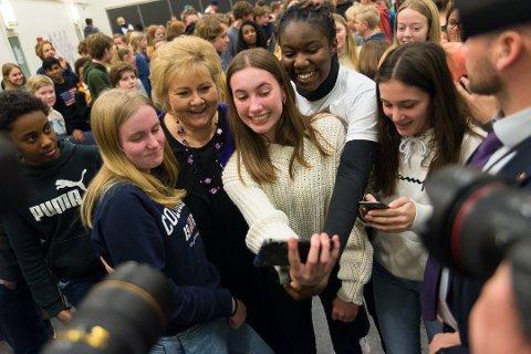SELFIE: Matilde Welle-Gleditsch og Laila Johanna Karlsen fikk selfie med statsminister Erna Solberg. Foto: Jo E. Brenden