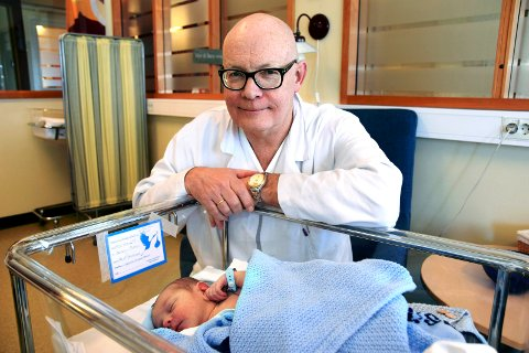 TRIVES: Avdelingsoverlege og avdelingssjef ved barneavdelingen i Elverum, Jon Grøtta, trives meget godt i jobben sin. Noe av det fineste han vet er å besøke de nyfødte, som her med gromgutten  Max Stenberg Bleken fra Hamar.