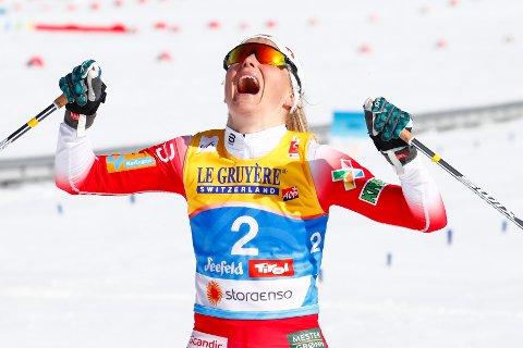 Therese Johaug jubler for sin overlegne seier i skiathlon lørdag, i sitt første mesterskapsløp på 1456 dager.