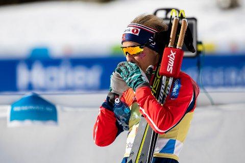 PÅ TELEFONEN: Therese Johaug snakket lenge i telefonen etter at Norge endte på 2.-plass i kvinnestafetten under VM i Seefeld. Sverige vant.
