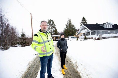 FRUSTRERTE: Glenn og Helen Lund må om en drøy måned vekk fra eiendommen som en gang tilhørte oldeforeldrene til Glenn. De stiller flere spørsmålstegn ved prosessen.
