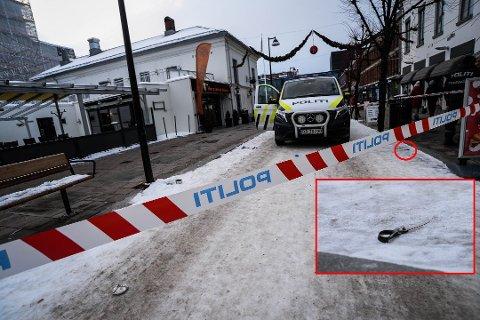 DRAMA I GÅGATA: 3. juledag 2018 var det dramatikk i gågata på Hamar. En politimann ble stukket av en mann med saks. Tydelige blodspor var en tid etterpå tause vitner om det som hadde skjedd. Foto: Jan Morten Fregnstad