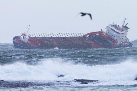 Søndag morgen ligger Hagland Captain fortsatt i anker etter at det fikk problemer under stormen ved Hustadvika i Møre og Romsdal lørdag kveld. Foto: Svein Ove Ekornesvåg / NTB scanpix